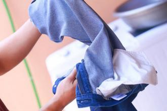 Mẹo giặt quần áo không phai màu
